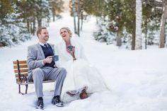 Photo de mariage pour un mariage hivernal. Avec un chocolat chaud...