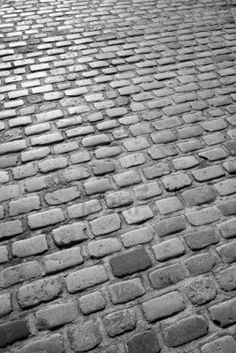 English cobblestone - patio More Patio Betonzement Old English cobblestone road in black and white. Stamped Concrete Patterns, Stamped Concrete Driveway, Concrete Steps, Concrete Driveways, Diy Concrete, Cement Patio, Concrete Design, Walkways, Driveway Landscaping