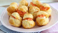 A cute appetizer to make during the holidays, perfect for salmon lovers. - Recipe Appetizer : Salmon choux appetizers by PetitChef_Official Finger Food Appetizers, Appetizer Recipes, Snack Recipes, Snacks, Cucumber Sushi Rolls, Aperitivos Finger Food, Good Food, Yummy Food, Homemade Hummus