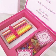 Muito fofo o convite especial para #daminhas da @arrozdefestapersonaliza! Com lápis de cor, balas de goma e confeitos, o presente pode ser personalizado de acordo com a vontade dos #noivos! #casamento #wedding