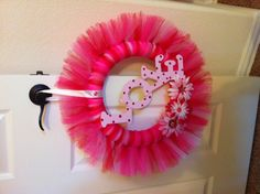 Very cute and could do in any color combination Valentine Day Wreaths, Valentines Day Decorations, Valentine Crafts, Holiday Wreaths, Holiday Crafts, Valentine Ideas, Wreath Crafts, Diy Wreath, Wreath Ideas
