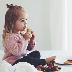 Wir entschleunigen heute, bei ein paar dicken Wolken, kleinen Regenschauern, einem zweiten Frühstück im Bett, einem bald folgenden Mittagsschlaf zu zweit und einer tollen musikalischen Neuentdeckung von mir: The Oh Hellos - Hello my old Heart ✨ #takeiteasy #chillimilli #todaysmood #youandme #bedlove #rainyday #cuddletime #toddlerlife
