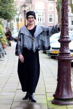 straatfotografie in Amsterdam iets oudere vrouwen en mannen met oog voor stijl.