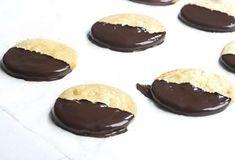 Μπισκότα βουτύρου με επικάλυψη σοκολάτας-featured_image Sweets Recipes, Desserts, Food Categories, Cheesecake, Pudding, Cookies, Sugar, Chocolate, Biscuits