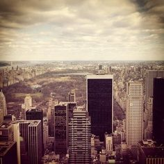 Der erste Schritt ist: Die Horizontlinie. Die Aufgabe: Mach ein Foto, in dem die Horizontlinie genau parallel zum oberen und unteren Rand des Bildes verläuft denn der Horizont sollte auf einem gut komponierten Bild immer gerade sein, um das Bild scharf zu unterteilen in Himmel und Erde. San Francisco Skyline, New York Skyline, Travel, Pictures, World, Viajes, Destinations, Traveling, Trips