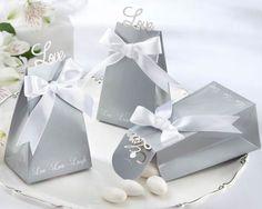 Scatoline Portaconfetti fai-da-te su:  http://www.fairstore.it/regali-fai-da-te/scatoline-portaconfetti-love-amore.html