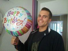 Vor einigen Tagen habe ich einen ,Happy birthday' Ballon für meinen Freund zum bevorstehenden Geburtstag bestellt. Den Ballon und seine Geschenke positionierte ich auf dem Balkon. Als er heraus schaute sah er nur einen kunter bunten schwebenden Ballon.  Er wunderte sich und lief direkt heraus. Er freute sich wahnsinnig als er seine Geschenke entdeckte.