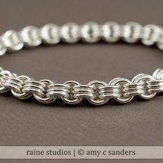 Un braccialetto di catena pesante argento, fatto da filo che è di 1,6 mm di spessore, questo braccialetto 3-in-3 ha un semplice sguardo industriale che gli uomini amano o rendono ancora più delicato polso di una donna. Tutti gli anelli sono mano arrotolato e precisione tagliato da me,