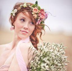 Las flores en el pelo pueden lograr el efecto Wow! que todas las novias buscamos. Te enseñamos un montón de posibilidades. Atrévete con esta tendencia!