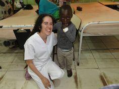 Nuestra voluntaria Bea con un niño del hospital #Gambia #Africa #voluntariado