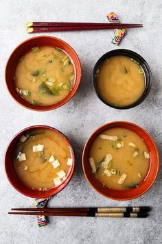 My Mother's Miso Soup (みそ汁) - how to make miso soup at home - This is an easy and authentic miso soup recipe! #misosoup #japanesefood #japaneserecipes #tofurecipes #tofusoup #soups #weightloss #diet | pickledplum.com Chicken Soup Recipes, Easy Soup Recipes, Tofu Recipes, Vegan Dinner Recipes, Meal Recipes, Chili Recipes, Delicious Recipes, Japanese Miso Soup, One Pot Dinners