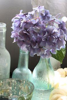 Vintagey vases + pale hydrangeas + teal-y green + lavender <3