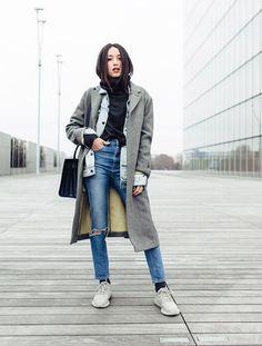 blogueira usa look com sobreposições em tons cinza e preto
