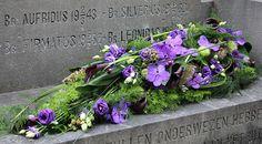 Hess uitvaartzorg rouwbloemen collectie modern Funeral Arrangements, Flower Arrangements, Altar, Sympathy Flowers, Funeral Flowers, Flower Designs, Orchids, Special Occasion, Diy And Crafts