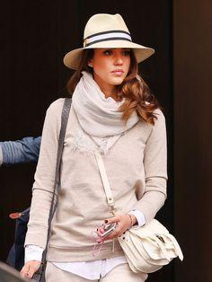 Jessica Alba mit Strohhut und Outfit in Beige