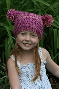 Free crochet pattern to make this pom pom hat