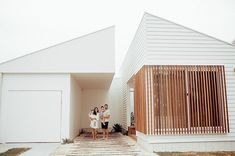 The clean lines of our Linea weatherboards give the facade of this project by an amazing modern coastal look. Who else loves how this has come out? Wood Cladding Exterior, House Cladding, Facade House, Cladding Ideas, Facade Design, House Design, Weatherboard House, Queenslander, White Siding
