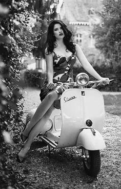 Vespa - Timeless beauty. Vespa Scooters, Motos Vespa, Piaggio Vespa, Lambretta Scooter, Scooter Motorcycle, Motorcycle Girls, Motor Scooters, Scooter Girl, Vespa Girl