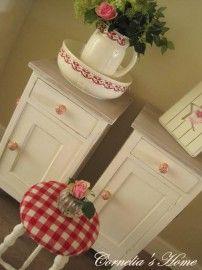 Brocante landelijke witte nachtkastjes met vergrijsd blad en porseleinen knoppen