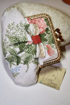 Mam'selle Chocolat: Tutorial Monedero con boquilla Paso a paso Bag Patterns To Sew, Doll Patterns, Coin Purse Pattern, Handbag Tutorial, Frame Purse, Diy And Crafts Sewing, Hip Bag, Pouch Bag, Purses And Bags