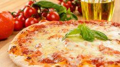 Käsepizza ist einfach das Größte – frisch gebacken zieht sie Fäden wie keine andere. Und der intensive Geschmack trägt uns sanft ins Land der Käse-Träume. Also: rein in die Küche. Wir zeigen euch das beste Rezept.