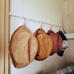 つっぱり棒を取り付けて、帽子やマフラーにショール、スカーフなど軽いものを引っ掛けて収納するのもいいですね。