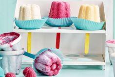 Iedereen fan van fruit! Dankzij deze frisse DIY-ideetjes. In 2 gesneden druiven en aardbeien worden de wielen van een heuse appel-raceauto, citroenlimonade van het huis fleur je op met fruitige ijsblokjes en niets is zo lekker en gezond als zelfgemaakte ijslolly's met fruit en yoghurt!