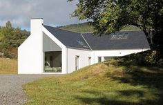 Tigh na Croit by HLM Architects gets UK Passivhaus Trust Awards House Designs Ireland, Modern Bungalow Exterior, Scottish Cottages, House Cladding, House Facades, Cottage Extension, Self Build Houses, Green Architecture, Japanese Architecture