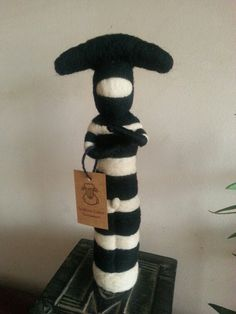 Escultura en fieltro agujado Los selknam u onas pueblos originarios. Needle Felting, Art Dolls, Knit Crochet, Plush, Sculpture, Wool, Knitting, Feltro, Fabrics