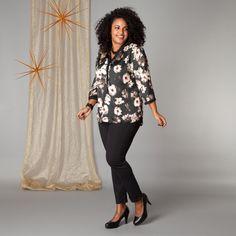 De luxe bloemenstof van deze blouse heeft de uitstraling van zijde. De driekwart mouwen zijn voorzien van een manchet met knoop. De ronde halslijn loo... Bekijk op http://www.grotematenwebshop.nl/product/blouse-van-x-two-voor-vrouwen-met-grote-maten-17/
