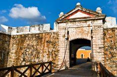 Construido en 1616 para defender de los piratas a los navíos cargados de mercancías provenientes de Asia. El fuerte fue destruido varias veces y el que se puede apreciar en la actualidad fue reconstruido en 1783 y alberga al Museo Histórico de Acapulco.