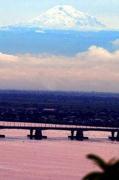 View of the Chimborazo Mountain from the city of Guayaquil || Vista del nevado Chimborazo desde la ciudad de Guayaquil