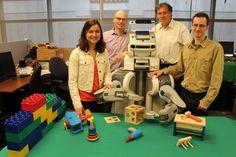 El equipo de investigación y el robot. De izquierda a derecha: Chelsea Finn, Pieter Abbeel, BRETT, Trevor Darrell y Sergey Levine. (Foto: UC Berkeley Robot Learning Lab) #avancetecnologico  #tecnologia  #lego  #educacion  #robotica