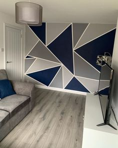 Only need tape. And the colors: Boedapest, Scorpion, Reclame, Haags Blauw – BuzzTMZ Bedroom Wall Designs, Wall Decor Design, Accent Wall Bedroom, Geometric Wall Paint, Geometric Wallpaper, Wall Painting Decor, Tape Painting, Creative Wall Painting, Living Room Decor