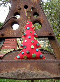 Felt Christmas Tree Ornament Red and Green Christmas Buttons, Felt Christmas Ornaments, Christmas Trees, Christmas Crafts, Merry Christmas, Pine Cone Crafts, Red Felt, Felt Art, Felt Crafts