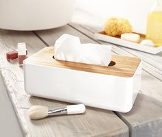 8,99 € Passend für Kosmetiktuchboxen  In diesem Spender aus hochwertigem Kunststoff sind Kosmetiktücher stilvoll und griffbereit verstaut. Er ist genau passend für handelsübliche Kosmetiktuchboxen.