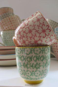 Coup de cœur pour la vaisselle scandinave de la maison #Bloomingville ! Des tasses, bols et assiettes en céramique, des décors graphiques ou fleuris posés à la main et des couleurs qui sentent bon le bonheur.. A table ! :) @bonjourbibiche