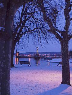 Konstanz Hafen mit der Imperia im Winter. Das Wahrzeichen von Konstanz steht dort seit April 1993. Die Imperia ist 9 Meter hoch, fast 20 Tonnen schwer und besteht überwiegend aus Beton. Hier am Konstanzer Hafen findet im Sommer auch immer das Konstanzer Seenachtfest statt.