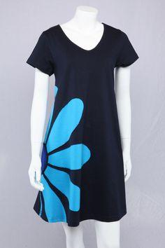 Blå A-kjole med blå marguerit.