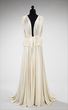 Madame Grès (Alix Barton) (French, Evening dress, Brooklyn Museum Costume Collection at The Metropolitan Museum of Art Gift of Bettina Ballard, 1952 1930s Fashion, Moda Fashion, Fashion Week, Retro Fashion, Vintage Fashion, Greek Fashion, Vestidos Vintage, Vintage Gowns, Mode Vintage