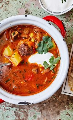 Sültpaprika-krémleves | Street Kitchen Chipotle, Curry, Ethnic Recipes, Food, Cilantro, Red Peppers, Curries, Essen, Meals