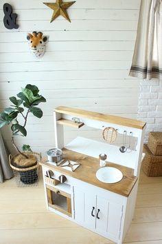 インテリアにも可愛い、ナチュラルなままごとキッチン。シンクなど、子どもが喜びそうな細かい工夫がいっぱいです!