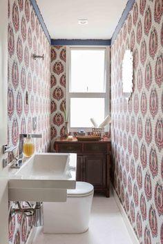 lavabo com papel de parede colorido (Foto: Julia Ribeiro/Divulgação)