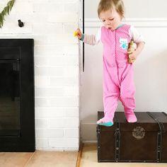 À part les trous pour les gros orteils ce pyjama lui va comme un gant!  Bon matin!  #melodiepetitesouris #2ans #2yearsold #etremaman #jelaimetellement #momlife #toddlerslife #avoir2ans #toddlerproblems #baneaux #faitalamain #faitauquebec