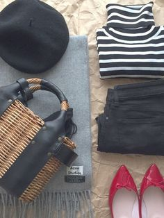 定番のボーダータートルには、かごバッグやベレー帽などのこだわりの小物アイテムを。ピンクのパンプスをアクセントに効かせるとワンランク上のコーディネートスタイルに仕上がります。