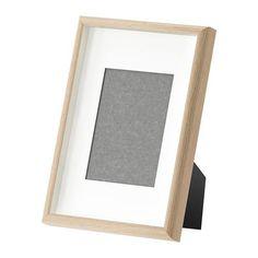 IKEA - MOSSEBO, Cadre, 21x30 cm, , Vous pouvez choisir d'encadrer vos images de diverses façons : sur le devant du cadre, ou bien dans le fond ce qui ajoute de la profondeur. Et avec ou sans le passe-partout inclus dans l'emballage.Peut être accroché ou posé, à la verticale comme à l'horizontale, selon l'espace disponible.Passe-partout au Ph neutre; ne risque pas de décolorer l'image.Peut également être utilisé sans passe-partout pour accueillir une plus grande…
