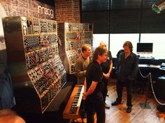 Keith Emerson at the presantation of the Moog_Modular Emerson Replica in You can still play a monodic keyboard full of knobs and patching wires as if you were in the with a print of the artwork of the record Brain Salad Surgery in one corner. Music Machine, Drum Machine, Keyboard Musical Instrument, Musical Instruments, Moog Synthesizer, Emerson Lake & Palmer, Animation Reference, Progressive Rock, Pedalboard