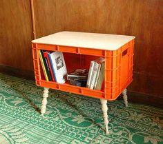 Petite table étagère faite à partir d'une cagette en plastique de récup