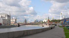 Набережная Москвы. На набережных следует постоянно оглядываться, смотреть в разные стороны и старательно всматриваться в даль. В этой дали видно мираж Москва-Сити.