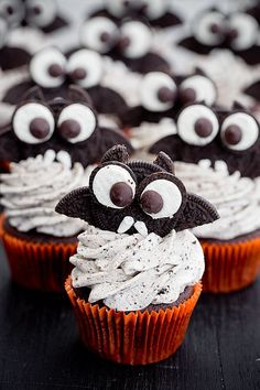 Bat muffins - chocolate coca cola muffins with oreo mascarpone frosting Fun Desserts, Delicious Desserts, Dessert Recipes, Halloween Dinner, Halloween Food For Party, Banoffee Pie, Sweet Cupcakes, Chocolate Muffins, Vanilla Buttercream